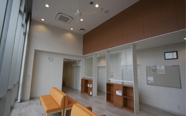 待合室 広々とした待合室で快適に順番をお待ちいただけます。