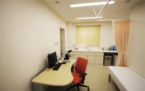 診察室 こちらの部屋で医師の診察を受けていただきます。